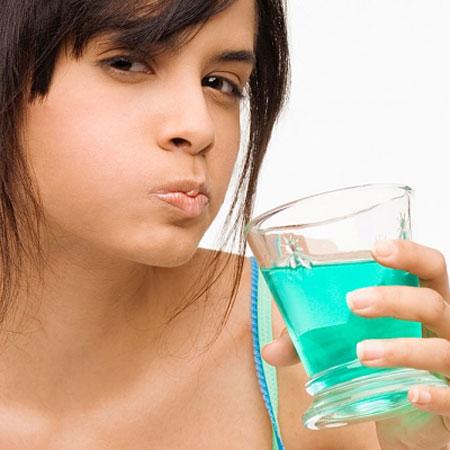 Sử dụng nước súc miệng giúp việc vệ sinh răng miệng sạch sẽ hơn - Nha khoa Việt Nha